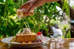 Tostada de la miel con helado y fruta Fotos de archivo libres de regalías