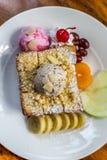 Tostada de la miel con helado y fruta Fotografía de archivo libre de regalías