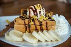 Tostada de la miel con helado y fruta Imagen de archivo libre de regalías