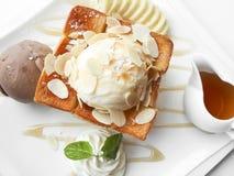 Tostada de la miel con la cucharada dos del helado Foto de archivo libre de regalías