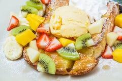 Tostada de la miel con la fruta Imagen de archivo