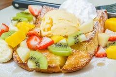 Tostada de la miel con la fruta Fotos de archivo libres de regalías