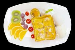 Tostada de la miel con la fruta y el helado mezclados fotos de archivo libres de regalías