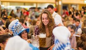 Tostada de las chicas jóvenes con la cerveza Fotos de archivo