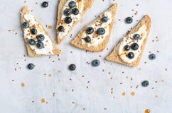 Tostada del arándano, bayas, semilla de lino del queso cremoso y postre del jarabe de arce, comida orgánica sana imagenes de archivo