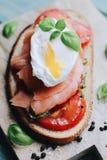 Tostada del huevo escalfado foto de archivo