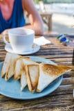 Tostada del pan blanco en una tabla Foto de archivo libre de regalías