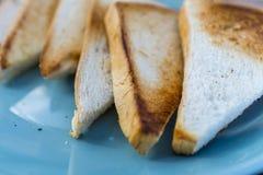 Tostada del pan blanco en una tabla Fotos de archivo libres de regalías