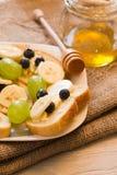 Tostada del pan con la miel y el plátano Imagen de archivo libre de regalías