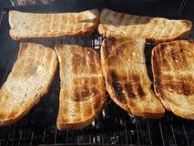 Tostada del pan sobre un fuego de madera Fotos de archivo libres de regalías