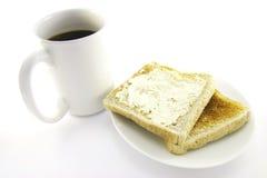 Tostada en una placa blanca con café Imagenes de archivo