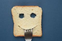 Tostada feliz con una bifurcación en su boca foto de archivo libre de regalías