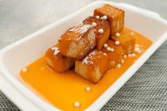 Tostada francesa curruscante con la salsa cremosa tailandesa del té Fotografía de archivo libre de regalías