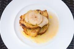 Tostada francesa de la pasa con las manzanas untadas con mantequilla en el top Imagenes de archivo
