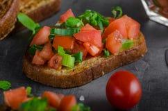 Tostada francesa del ajo con la ensalada vegetal Imágenes de archivo libres de regalías