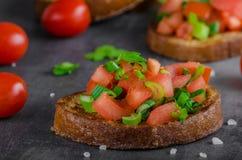 Tostada francesa del ajo con la ensalada vegetal Imagen de archivo libre de regalías