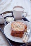 Tostada francesa y una taza de cacao Foto de archivo