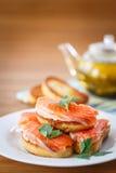 Tostada frita con los salmones salados Foto de archivo libre de regalías