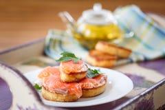 Tostada frita con los salmones salados Fotos de archivo