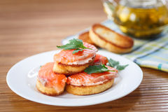 Tostada frita con los salmones salados Imagenes de archivo