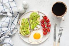Tostada, huevo y café del aguacate para el desayuno imagen de archivo