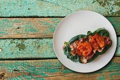 Tostada o bocadillo deliciosa y nutritiva con tocino, espinaca y tomates en una superficie de madera Alimento sabroso necessitous imagen de archivo