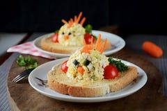Tostada para los niños con la ensalada del huevo Imagen de archivo