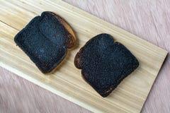 Tostada quemada en el lado de madera Imagenes de archivo