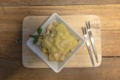 Tostada rematada con la hierbabuena y el queso nuts Fotos de archivo