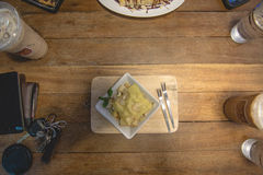 Tostada rematada con la hierbabuena y el queso nuts Fotos de archivo libres de regalías