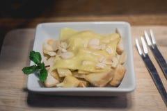 Tostada rematada con la hierbabuena y el queso nuts Imagen de archivo