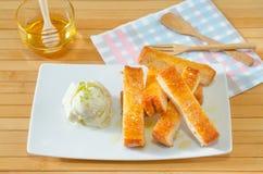 Tostada rematada con servicio de la mantequilla de la miel con el helado, corte en el st Fotos de archivo libres de regalías