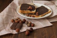 Tostada sabrosa con mantequilla de cacahuete en una placa fotografía de archivo libre de regalías