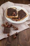 Tostada sabrosa con mantequilla de cacahuete en una placa imagen de archivo