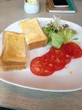 Tostada y tomate del desayuno imagen de archivo