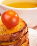 Tostadas, aceite de oliva y tomate de cereza Fotografía de archivo libre de regalías