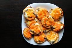 Tostadas cocidas con los pescados y el queso Imágenes de archivo libres de regalías