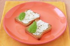 Tostadas con el queso poner crema Foto de archivo libre de regalías