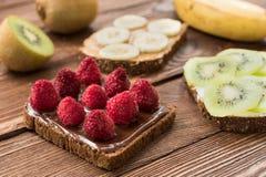 Tostadas con las frutas frescas y las bayas Foto de archivo libre de regalías
