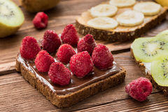 Tostadas con las frutas frescas y las bayas Fotografía de archivo libre de regalías