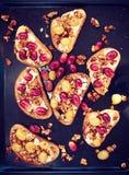 Tostadas con ricotta, uvas cocidas, nuez en la hornada, entonada Fotografía de archivo libre de regalías