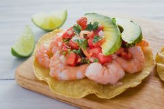 Tostadas de Camaron Mexicanas, Garnelen Tostada, mexikanisches Lebensmittel in Mexiko, Meeresfrüchte lizenzfreie stockbilder