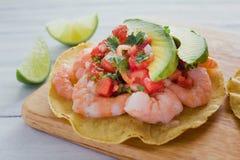 Tostadas de camaron Mexicanas, räkatostada, mexikansk mat i Mexiko, hav foods royaltyfria bilder