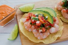 Tostadas de camaron Mexicanas, tostada dos camarões, alimento mexicano alimentos em México, mar foto de stock royalty free