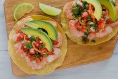 Tostadas de camaron Mexicanas, tostada dos camarões, alimento mexicano alimentos em México, mar imagens de stock royalty free