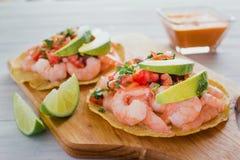 Tostadas de camaron Mexicanas, tostada dos camarões, alimento mexicano alimentos em México, mar foto de stock