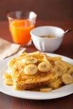 Tostadas francesas con el plátano caramelizado para el desayuno Foto de archivo libre de regalías