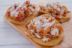 Tostadas Mexicanas com galinha, alimento mexicano de tinga de pollo em México imagens de stock
