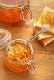 Tostadas y atasco anaranjado en un tarro de cristal foto de archivo libre de regalías