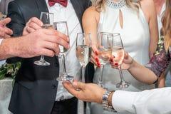 Tostando con il champagne alla festa nuziale immagine stock